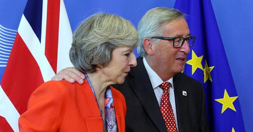 Il presidente della Commissione europea Jean-Claude Juncker e il premier britannico Theresa May